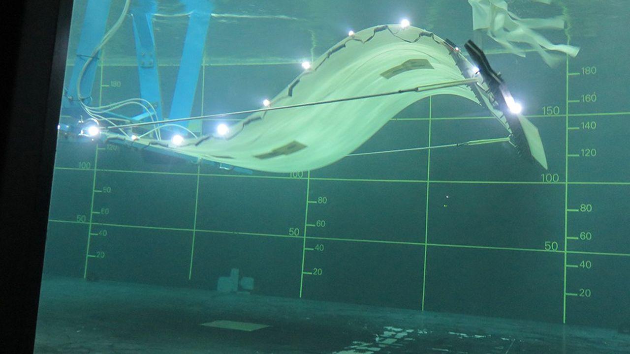 La membrane biomimétique, inspirée de la nage des poissons, a changé le matériau: la fibre de verre, plus souple, a remplacé le carbone époxy.