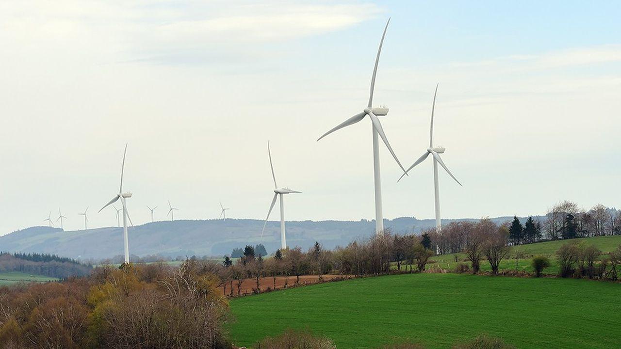 Un champ d'éoliennes en milieu rural, exemple typique des projets développés dans le cadre des 554 territoires à énergie positive, labellisés comme tels par le ministère de la Transition énergétique.