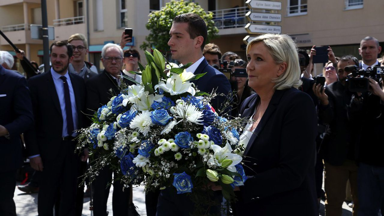 Marine Le Pen, la présidente du Rassemblement national (RN) et Jordan Bardella, la tête de liste RN aux européennes, ont déposé une gerbe de fleurs au pied d'une statue de Jeanne d'Arc, dans la banlieue de Metz, comme il est de tradition au parti d'extrême-droite.