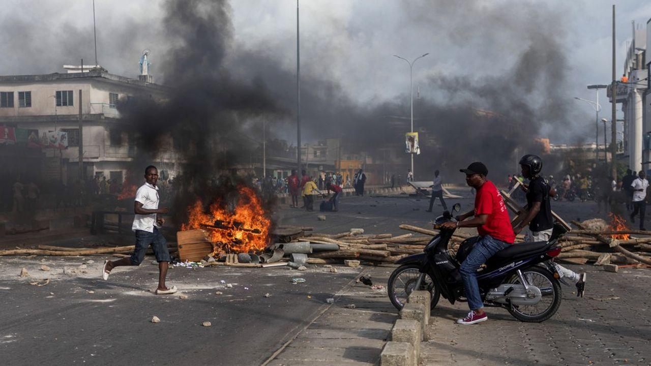 Les rues de Cotonou, la capitale du Bénin, sont parsemées depuis mercredi de barricades et de feux improvisés.