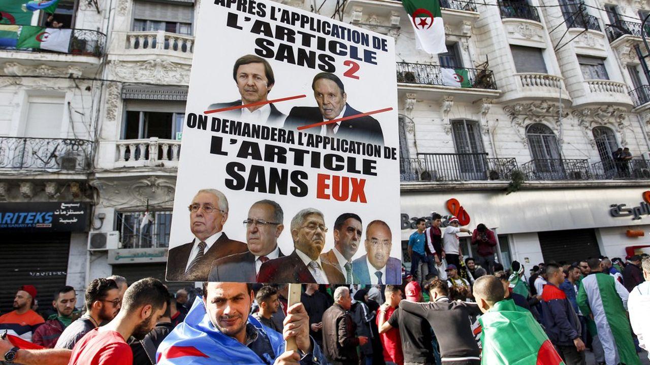 Said Bouteflika (en haut à gauche sur la pancarte) était régulièrement la cible des slogans des manifestants qui réclament le départ de l'ensemble des principaux représentants du régime, malgré la destitution d'Abdelaziz Bouteflika.