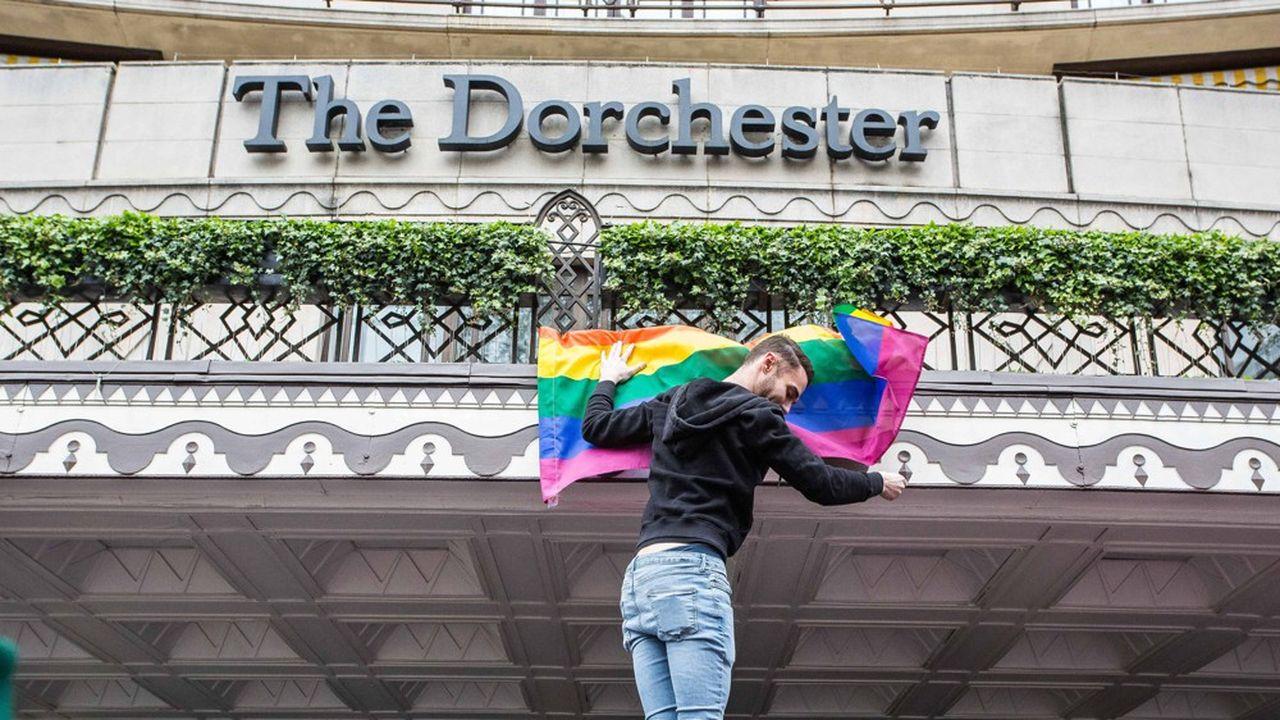 L'hôtel Dorchester à Londres, propriété du sultanat de Brunei, est la cible d'un boycott de célébrités et d'entreprises, ainsi que de manifestations en faveur des droits des homosexuels.