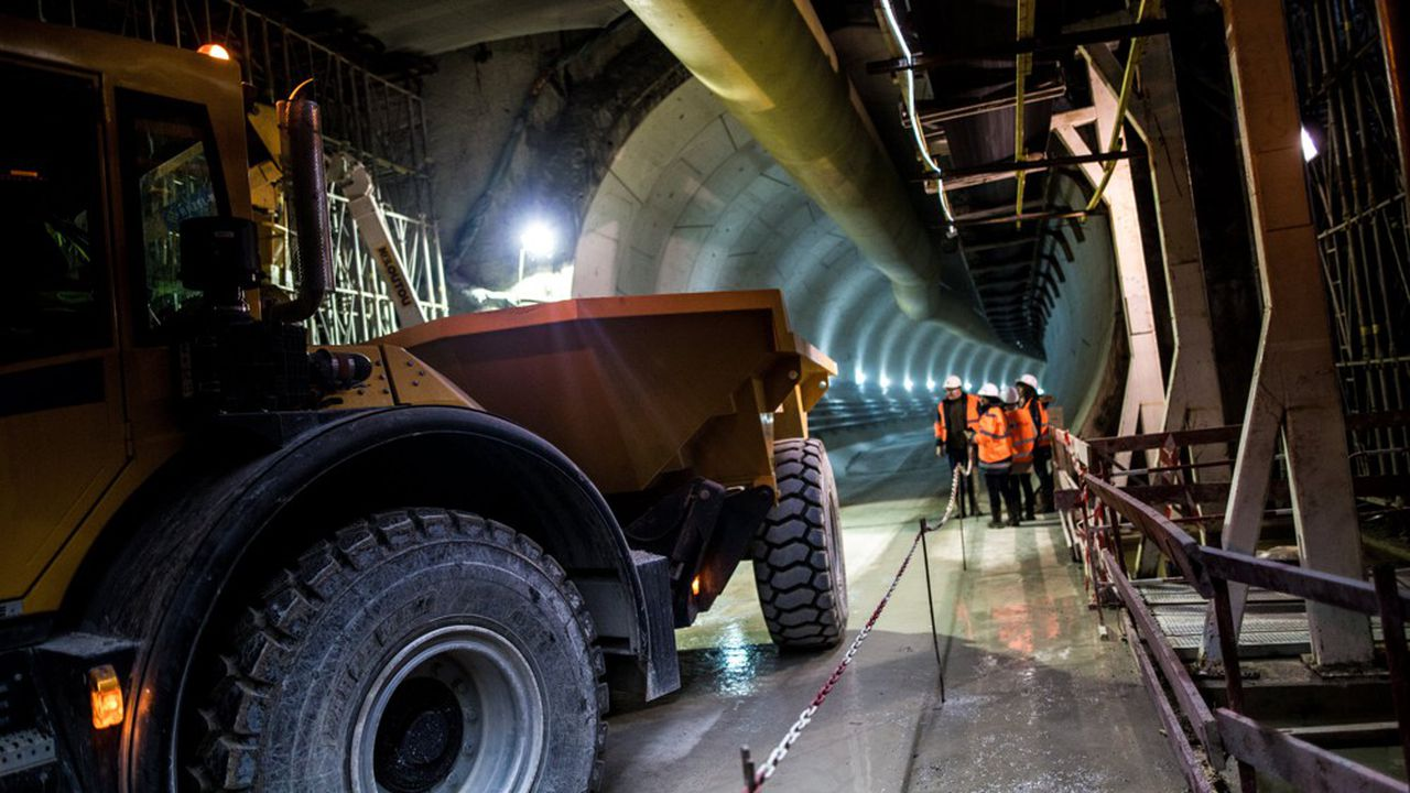 Le tunnel de circulation pour la construction de la future station de métro Pont Cardinet dans le cadre du chantier de prolongement de la ligne 14.