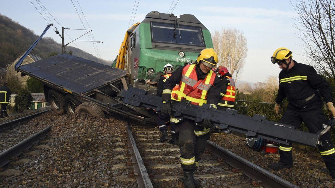 Accident entre un poids lourd et un train le 22janvier 2015 au passage à niveau de Jeufosse, sur la ligne Paris-Rouen.