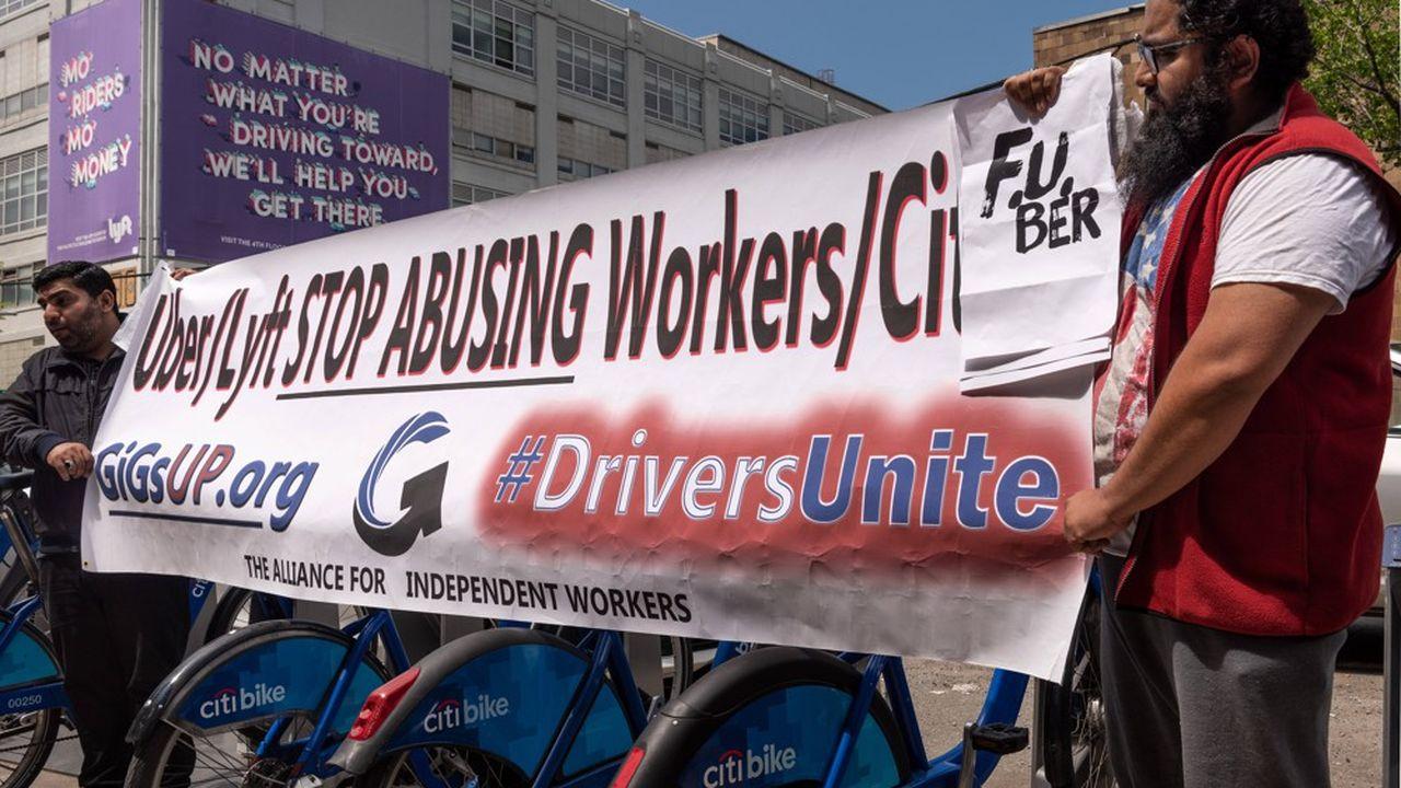 A New York, une cinquantaine de chauffeurs se sont retrouvés devant les bureaux d'Uber, situés àLong Island City, aux cris de «le pouvoir aux chauffeurs, le pouvoir aux syndicats».