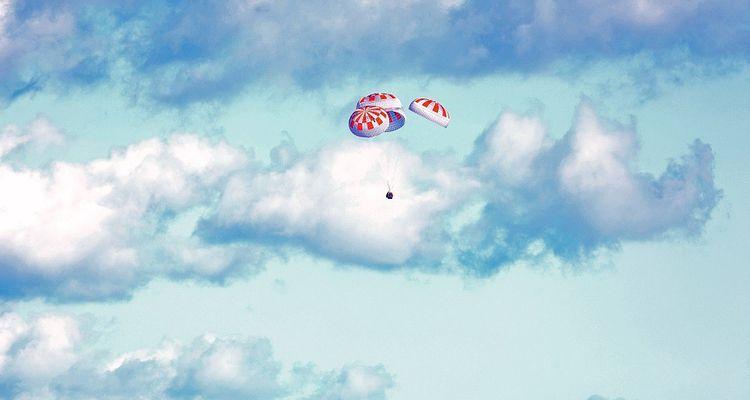 La capsule Crew Dragon soutenue par ses quatre parachutes lors de son premier vol en mars2019.