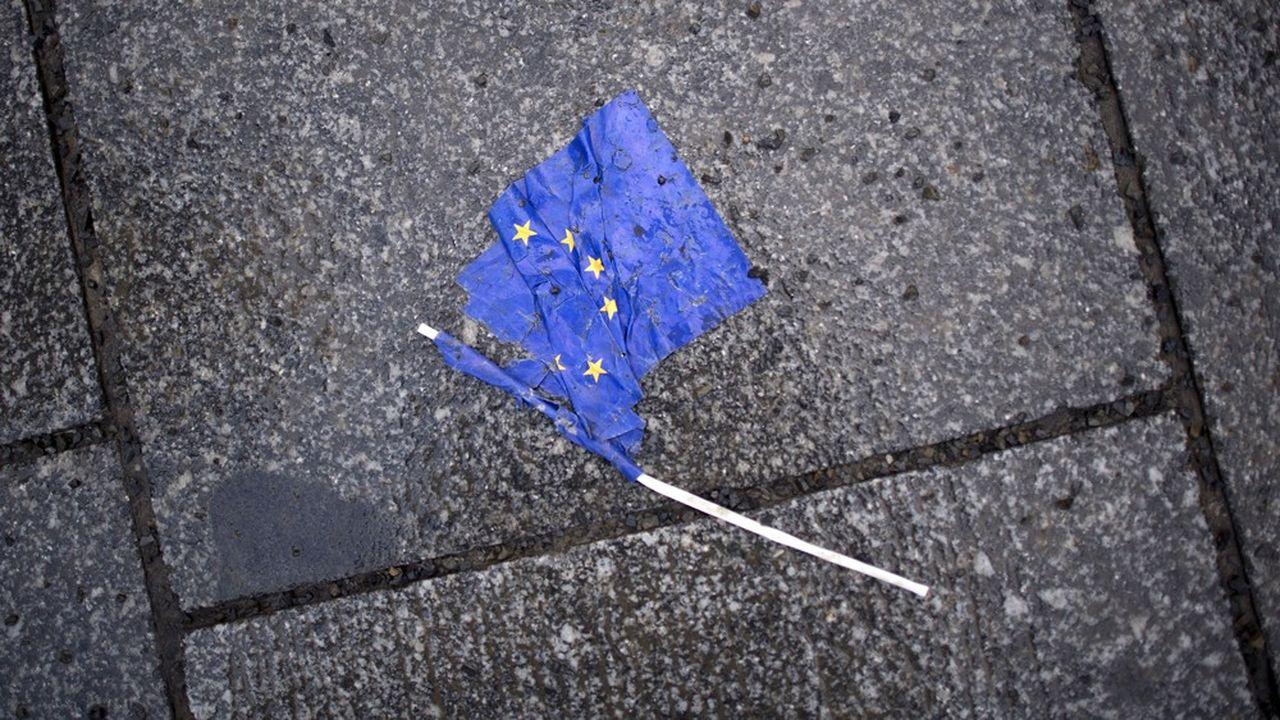 Au niveau de l'Union, les élections européennes sont placées sous la double menace de l'abstention et du vote de rejet.
