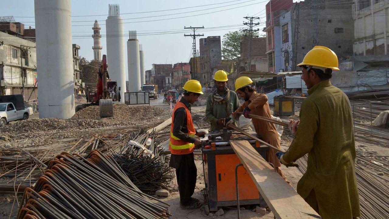 Le Pakistan abrite de nombreux chantiers d'infrastructures, la plupart étant assurés et financés par la Chine.