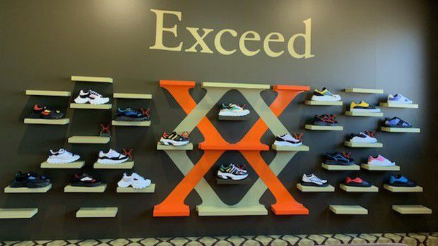 Dura spécialiste de la chaussure de ville développe aussi des collections de sneakers qui lui servent à montrer toute la richesse de son savoir-faire.