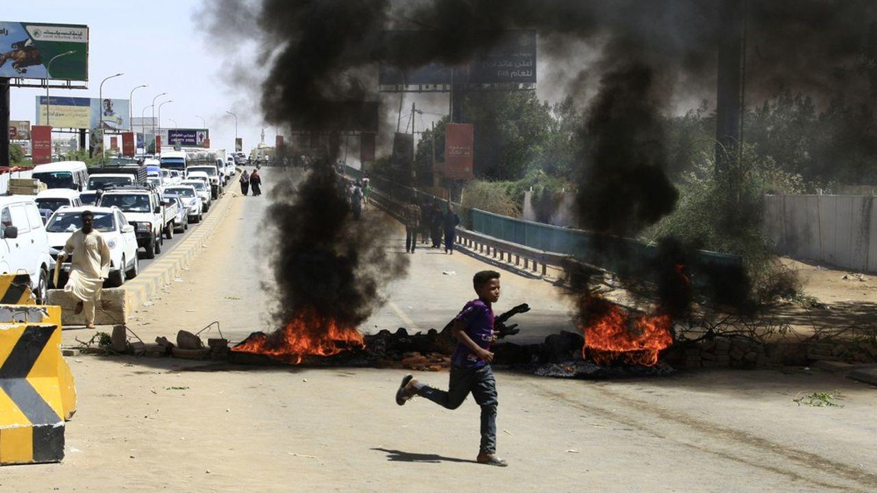 Depuis dimanche soir, des manifestants bloquent une grande artère de la capitale, la rue du Nil, après avoir accusé les militaires d'avoir fermé un pont menant à leur sit-in permanent devant le QG de l'armée.