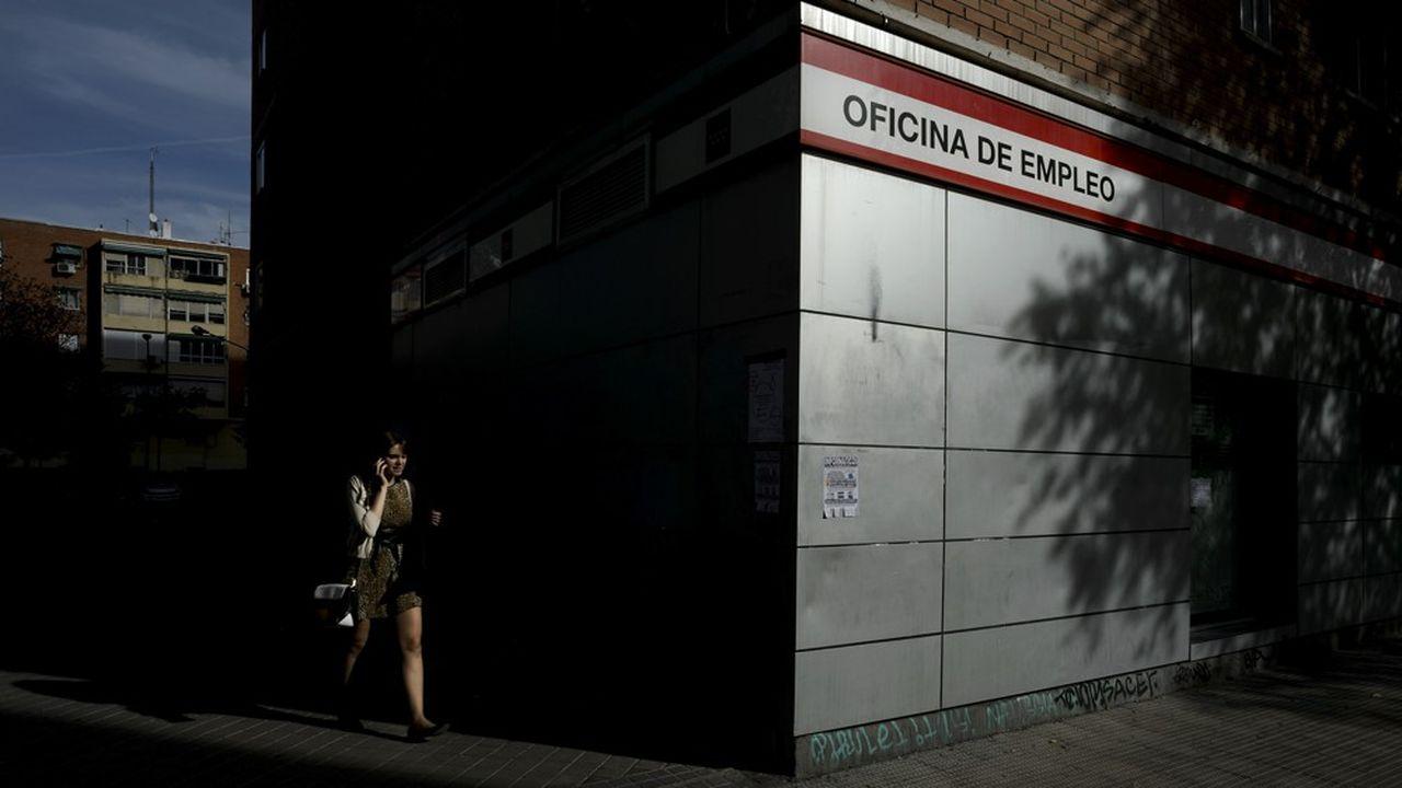 Même s'il a sensiblement baissé ces derniers mois, le chômage des jeunes reste très élevé en Espagne (32,6%), en Italie (33%) et en Grèce (39,1%).