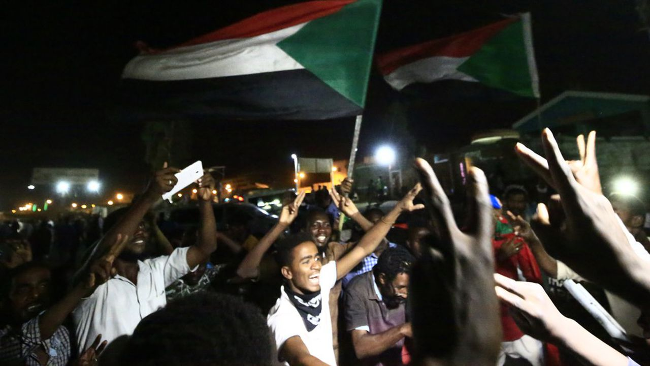 Les contestataires soudanais célèbrent la fin des pourparlers qui règlent la transition pour un retour du pouvoir aux civils.