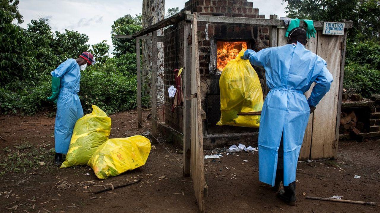 A l'extérieur du centre médical de Mangina, près de Beni, au Nord-Kivu, en RCD, le personnel médical doit brûler toutes les affaires qui ont servi au soin des personnes infectées par le virus Ebola. L'épidémie qui s'est déclenchée en août dernier a fait plus de 1.000 morts.