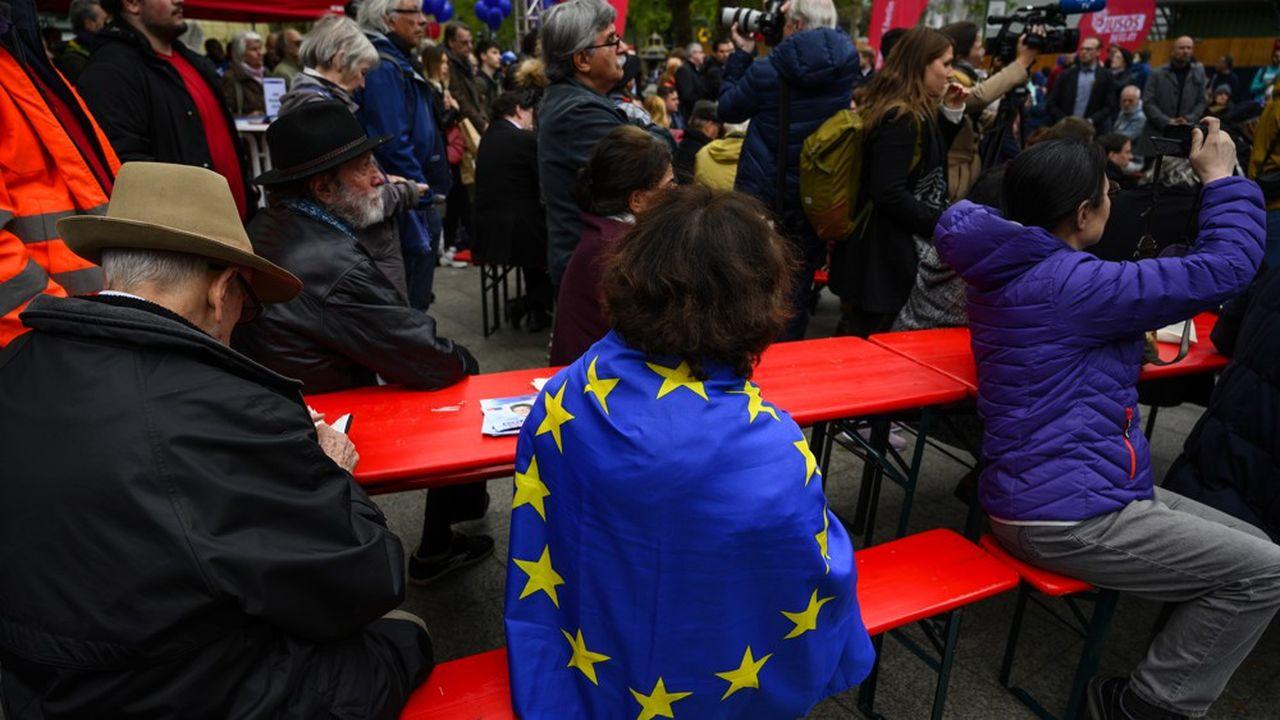 Des militants du SPD mettent en avant leur attachement à la construction européenne lors d'un meeting. Mais les socio-démocrates sont devancés par les Verts dans les sondages.