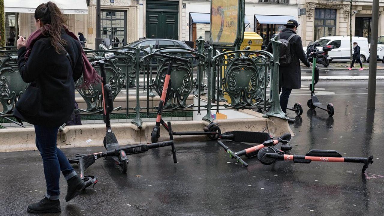 La compétition à laquelle se livrent les 12 opérateurs pour s'imposer sur le marché de la trottinette en libre-service est en train de semer une belle pagaille dans les rues de Paris.