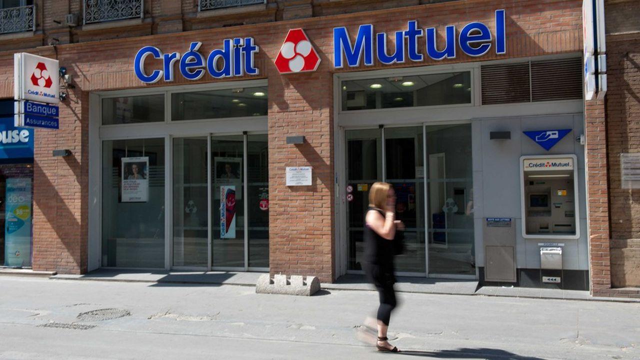 Les réseaux mutualistes - comme le Crédit Mutuel, le groupe Crédit Agricole et BPCE - détiennent la majorité des 54.000 distributeurs automatiques de billets en France.