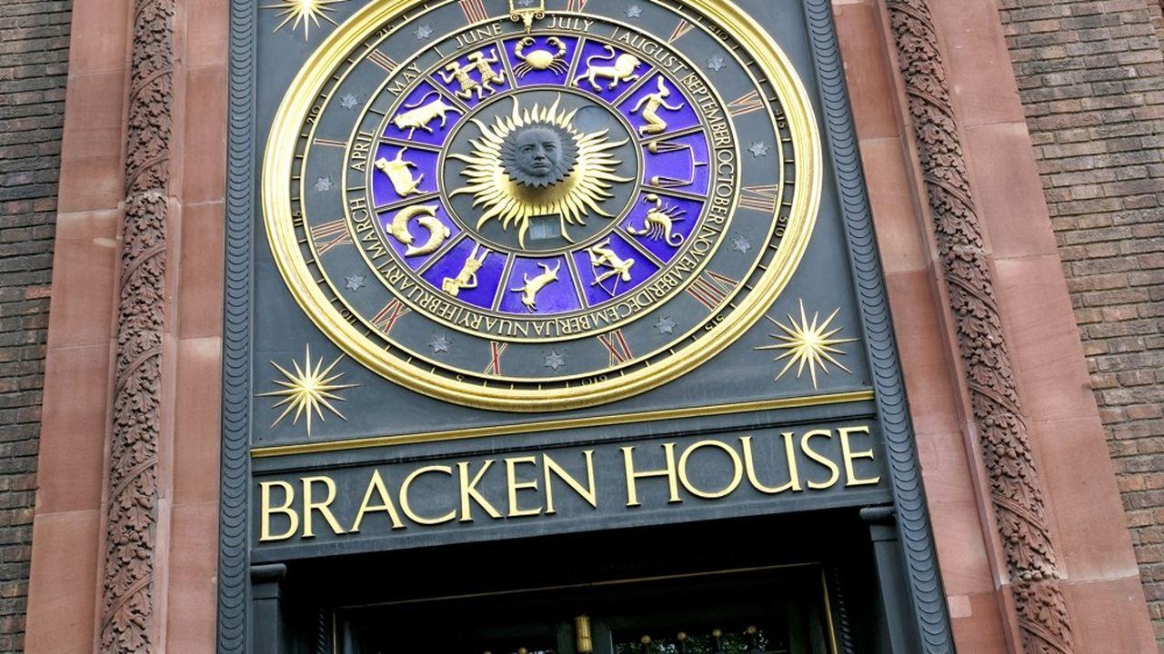 L'immeuble rose (une allusion à la couleur du journal), dont l'entrée est surmontée d'une horloge astrologique où figure le visage de Churchill, jouxtait jusqu'en 1988 l'imprimerie du titre.
