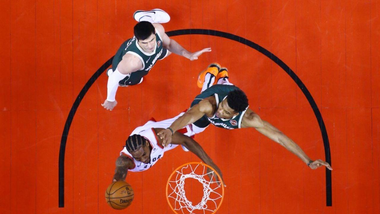 NBA: Milwaukee écrase Toronto et mène deux victoires à zéro (vidéos)