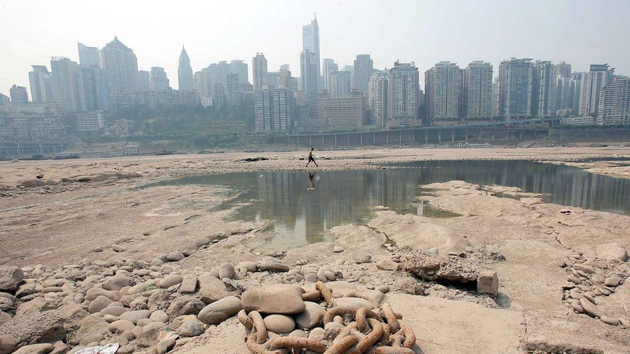 Le lit asséché de la rivière Jialing, dans la ville chinoise de Chongqing (sud-ouest de la Chine), en août 2006.