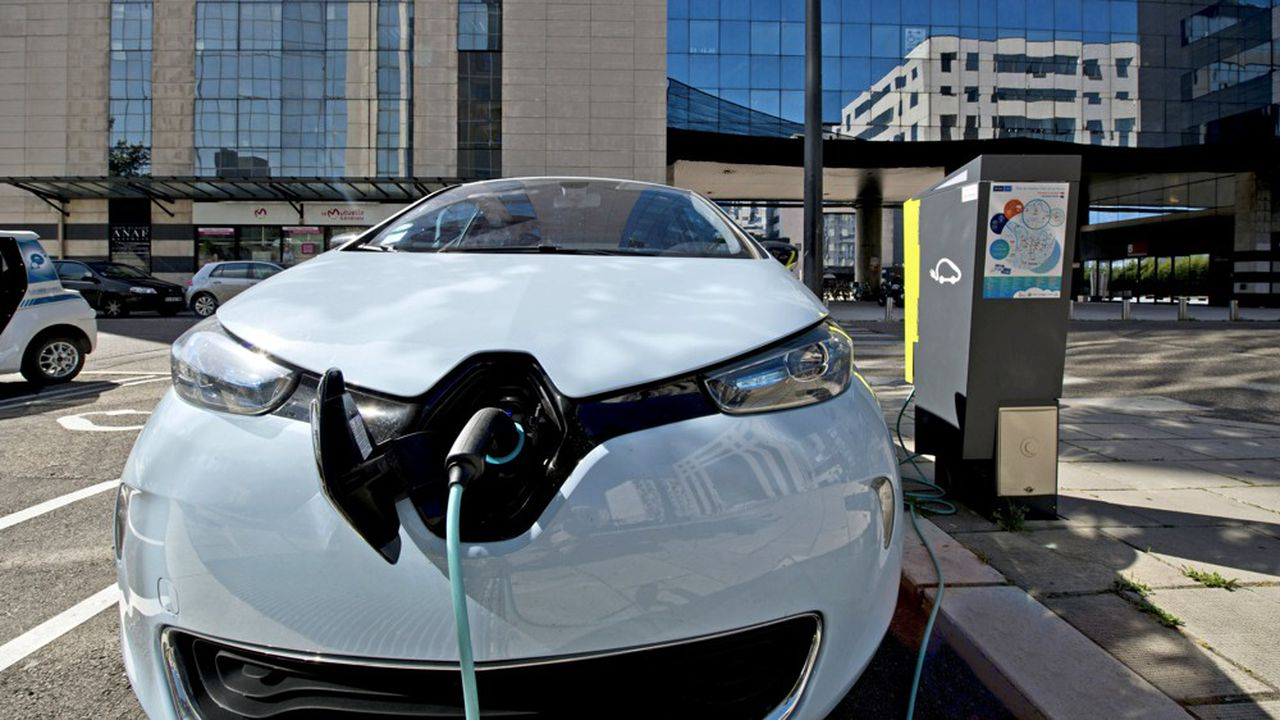 Renault Zoé, voiture électrique zéro émission, en charge sur une borne Sodetrel (groupe EDF), dans le quartier Europole à Grenoble.
