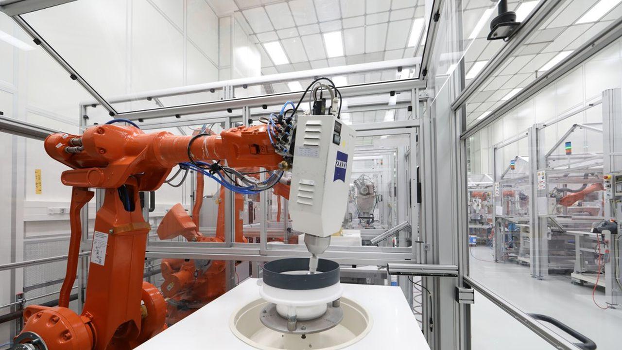 Le robot du spécialiste allemand de l'optique Zeiss polit des miroirs de très haute précision utilisés dans la lithographie par rayonnement extrême ultraviolet (EUV).