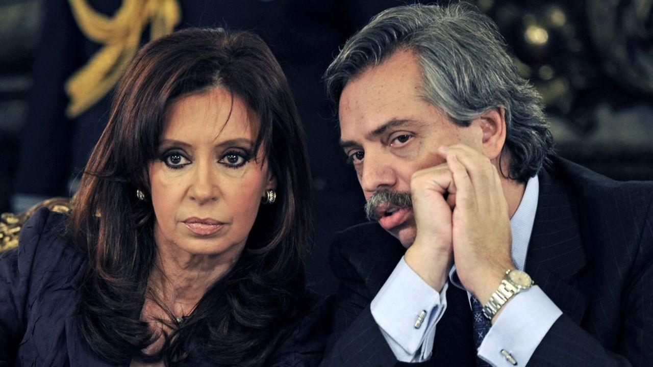 Cristina Kirchner et Alberto Fernández en 2008. L'ex-présidente et son ancien chef de cabinet, qui vont former un ticket présidentiel en vue des élections d'octobre, pourraient mettre le président Macri en difficulté.