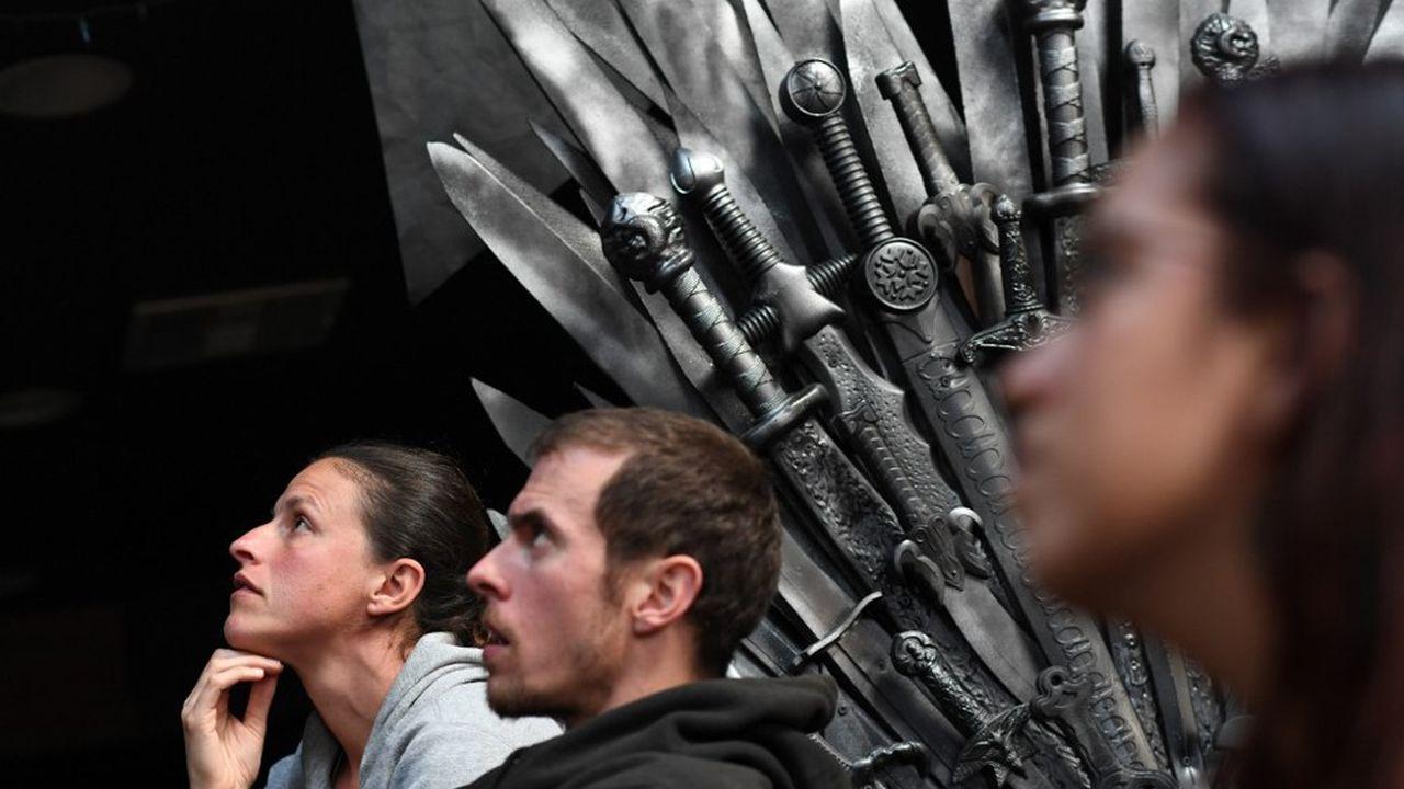 Des fans regardent le dernier épisode de 'Game of Thrones' lors d'une 'viewing party' dans un bar à Marina del Rey, Californie.
