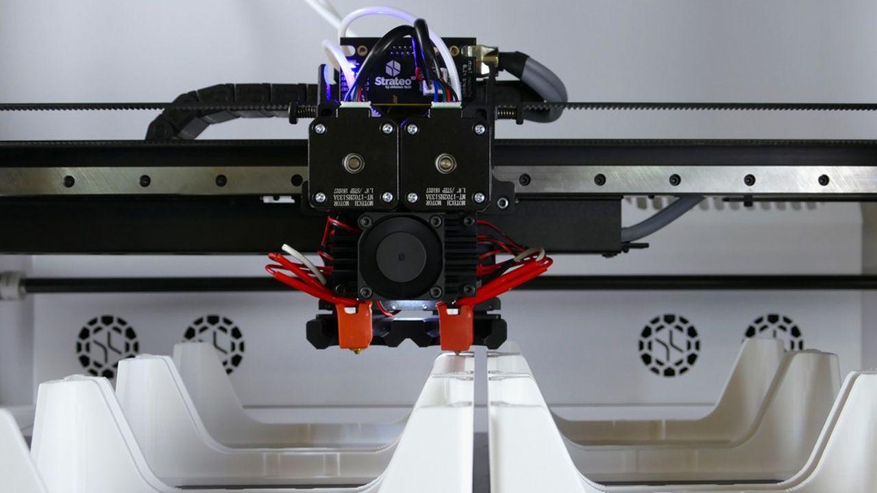 L'imprimante 3D du groupe eMotion, baptisée «Strateo 3D», imprime des pièces en plastiques techniques au grand format A2, dans une enceinte thermo-régulée pour éviter la dilatation des matériaux.
