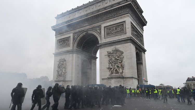 Avec la crise des gilets jaunes, «Emmanuel Macron est perçu comme affaibli avec un grand point d'interrogation pour la suite», explique Sophie Pedder correspondante à Paris de The Economist