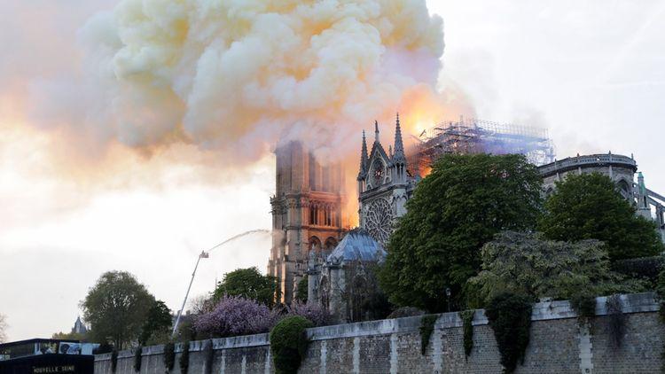 L'incendie de Notre-Dame a fait la une de nombreux médias européens. (Photo by Thomas SAMSON/AFP)