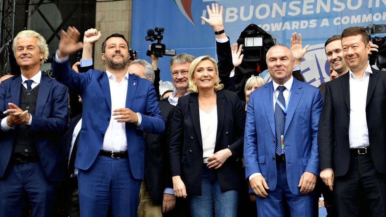 Matteo Salvini (deuxième en partant de la gauche) et Marine Le Pen parmi d'autres leaders populistes (le Hollandais Geert Wilders, le Bulgare Veselin Mareshki, l'estonien Jack Madison et le Tchèque Tomio Okamura, etc.) étaient réunis à Milan le 18 mai dernier.