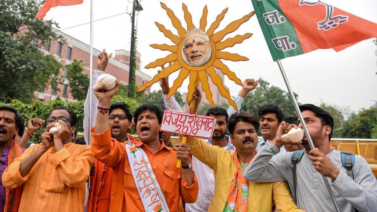 Les nationalistes hindous de Modi vers une victoire écrasante — Une Inde safran