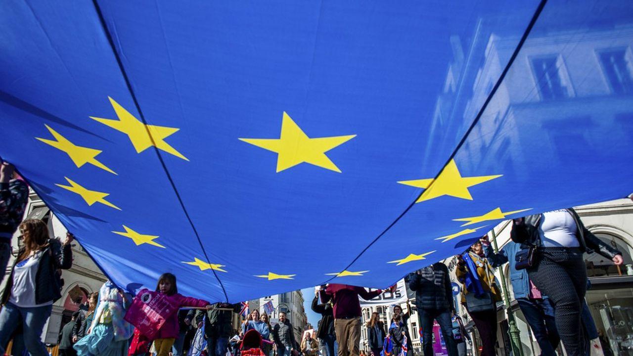 C'est un paradoxe de ces élections: les forces eurosceptiques s'ancrent au Parlement européen et au même moment, l'attachement des citoyens à l'Union européenne grandit.