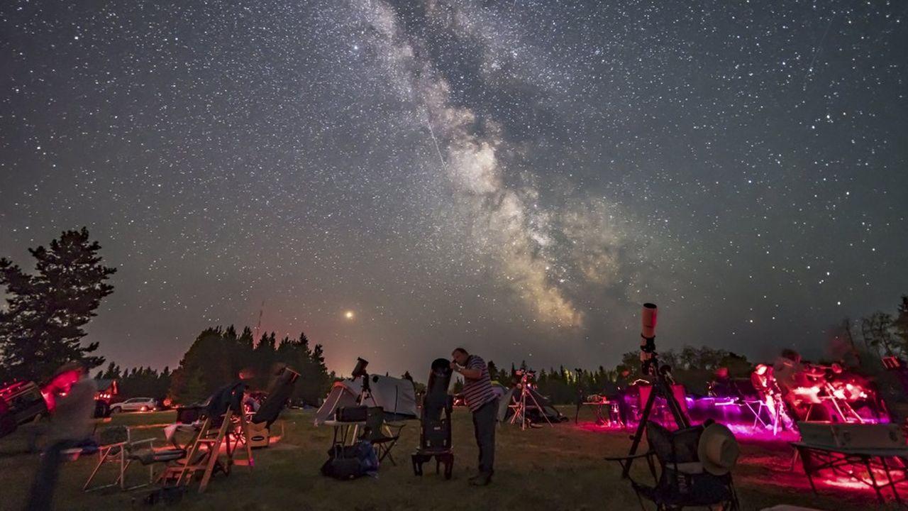 Constituée de quelque 200milliards d'étoiles - parmi lesquelles notre Soleil -, mais aussi de gaz et de matière noire, notre galaxie, la Voie lactée, est un disque de 100.000 années-lumière de diamètre.