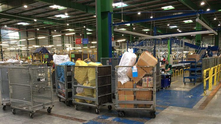 Colis, paquets et sacs sont en instance d'être triés et éventuellement inspectés par les agents des douanes à Chilly Mazarin.