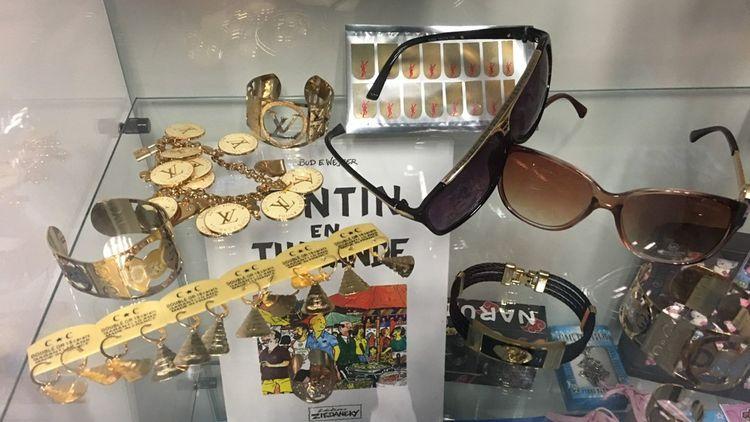 Faux collier Louis Vuitton, fausses lunettes de soleil Gucci, et même un album de Tintin qui n'existe pas, trônent dans la vitrine des plus belles pièces prises à Chilly Mazarin.