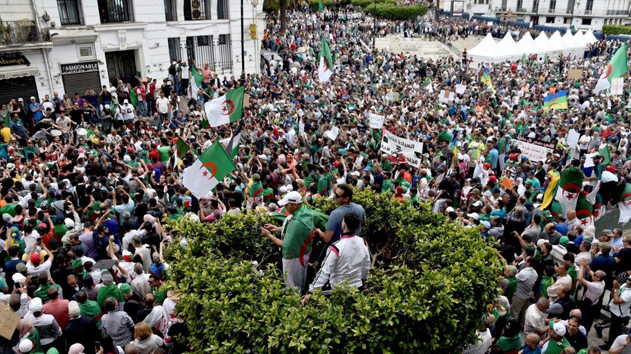 Une foule massive a défilé, sans incident, à Alger lors du 14ème vendredi consécutif de manifestations. Elle réclame la fin du 'système' Bouteflika et l'annulation de la présidentielle du 4juillet.