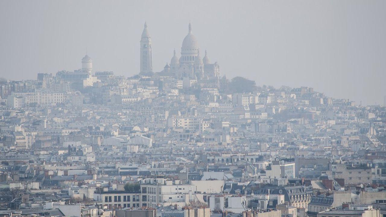 La pollution de l'air due au trafic automobile, comme ici à Paris, augmente les admissions aux urgences pour maladies respiratoires, constate l'Insee chiffres à l'appui.