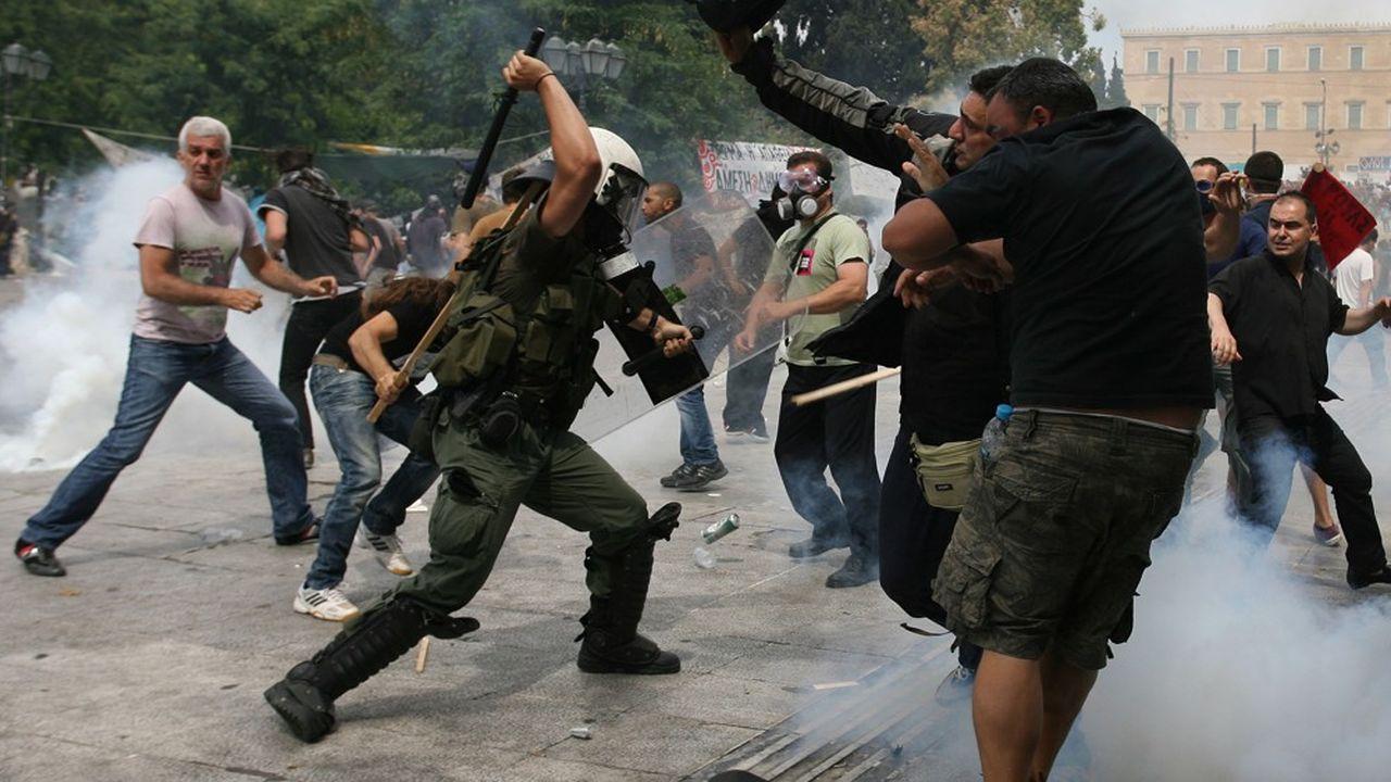 Une manifestation violente, à Athènes, le 15 juin 2011, alors que la Grèce entame un plan d'austérité.