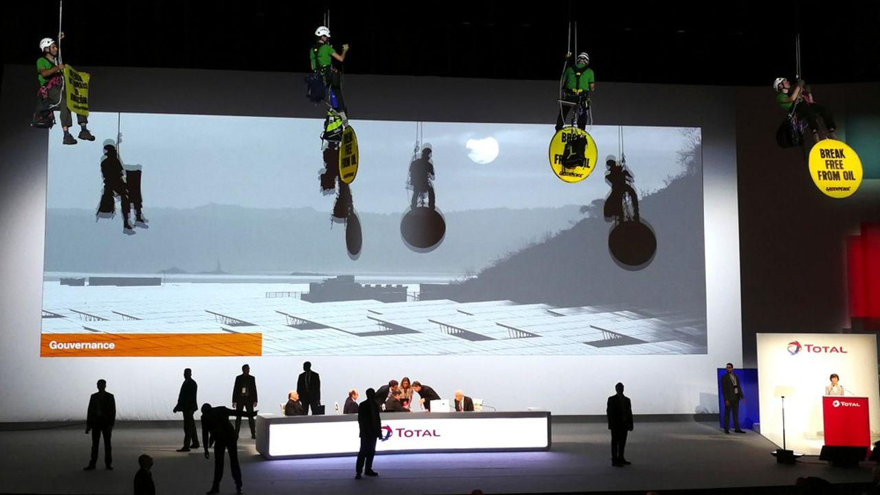 En juin2018, des militants de Greenpeace avaient réussi à se suspendre au plafond de la salle du Palais des congrès où Total tenait son assemblée générale.