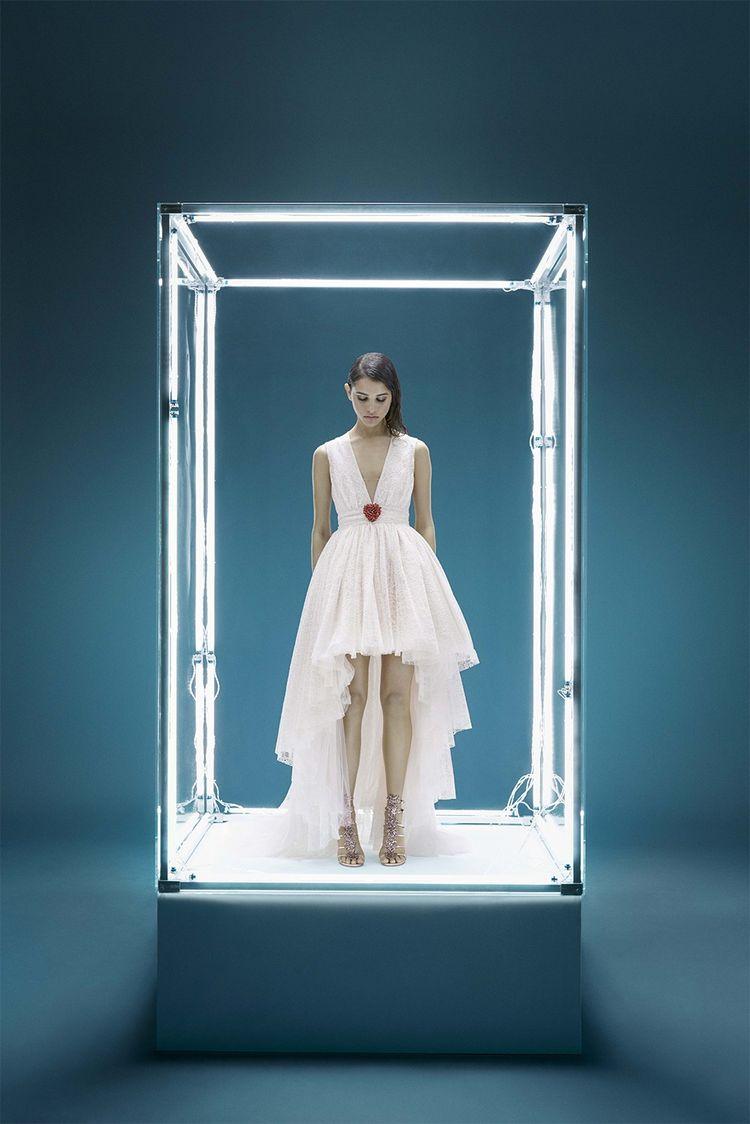 Depuis le 25mai, les pièces de la collaboration entre Giambattista Valli et H&M sont vendues dans 12magasins H&M dans le monde et en ligne.