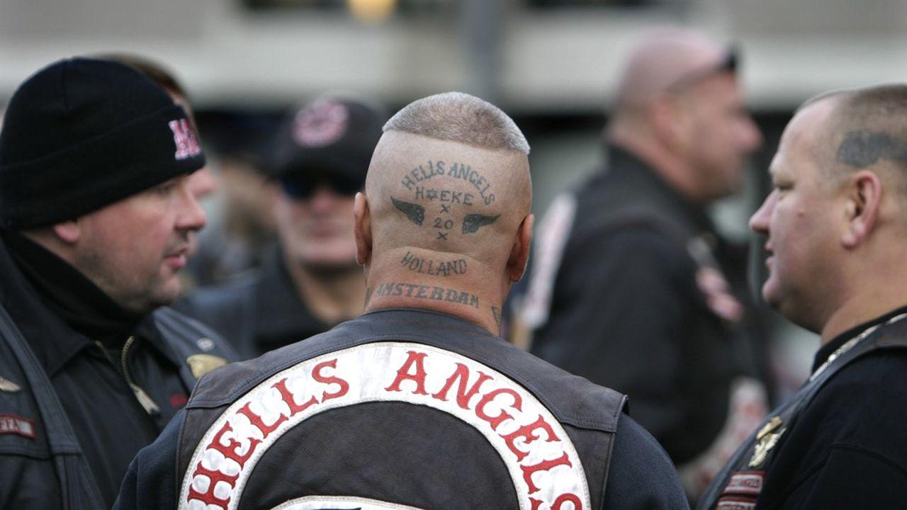 Club emblématique crée aux Etats-Unis en 1948, les Hells Angels sont reconnaissables à leurs motos Harley Davidson et à leurs blousons de cuir noir affublés d'une tête de mort.