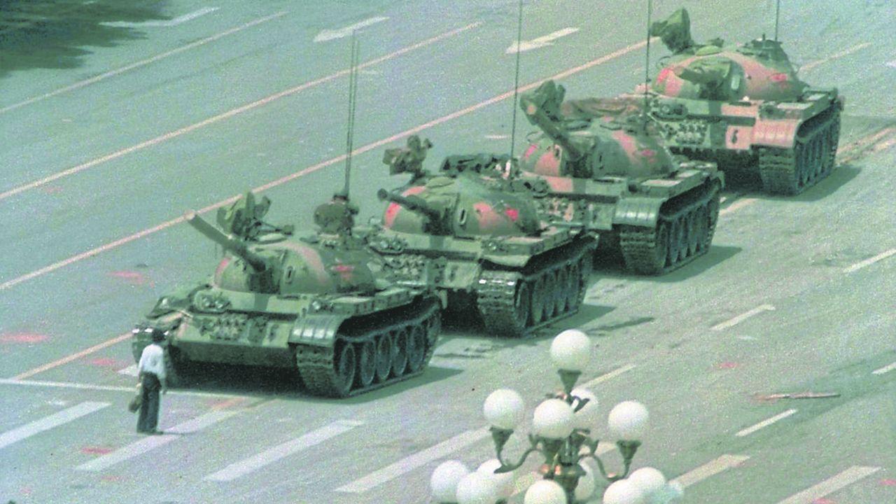 Au lendemain de la répression sanglante de la place Tiananmen, un homme fait face, seul, à une colonne de chars. L'image est devenue le symbole de la résistance du peuple chinois face au pouvoir qui n'a pas hésité à envoyer l'armée et à tirer à balles réelles sur ses étudiants.