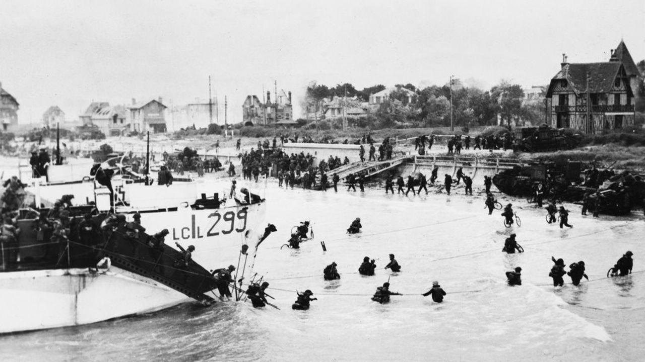 Des soldats britanniques et canadiens débarquent sur plage normande, le 6 juin 1944.