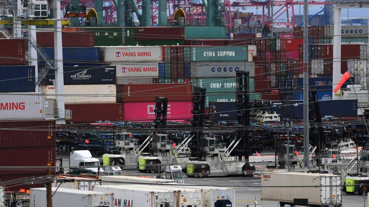 Des containers en provenance d'Asie sont débarqués sur le port de Long Beach, en Californie, en mai2019