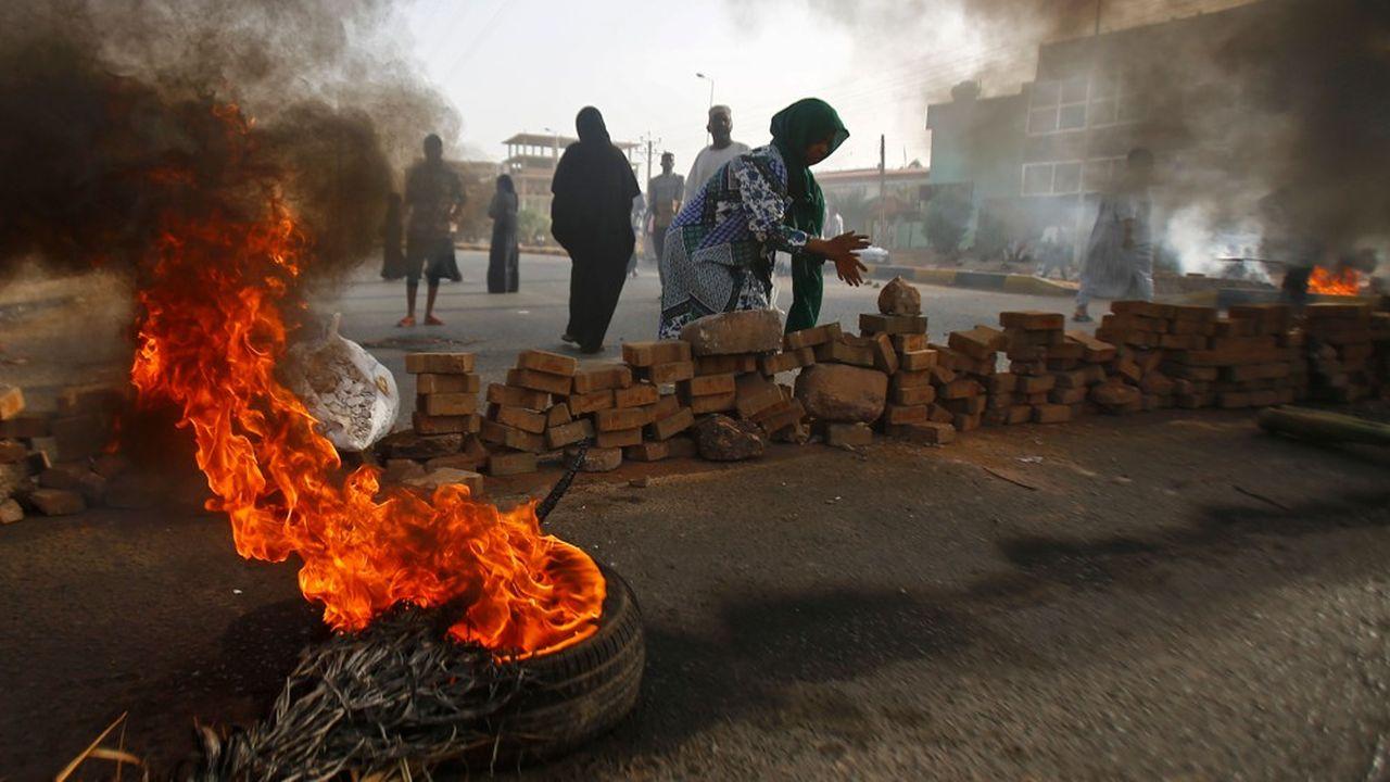 Des manifestants soudanais bloquent une rue dans Khartoum alors que l'armée s'apprête à les disperser lundi.