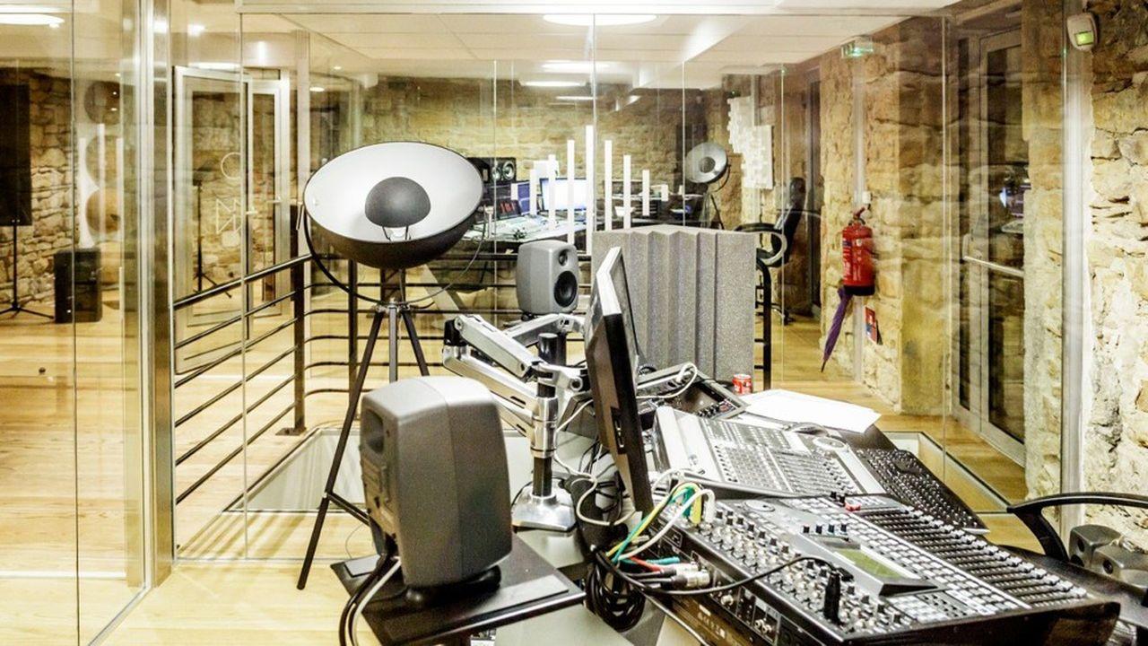 ATS studio qui emploie 90 salariés, fait aussi appel à 120 comédiens de langue française et 48 voix off de nationalités différentes.