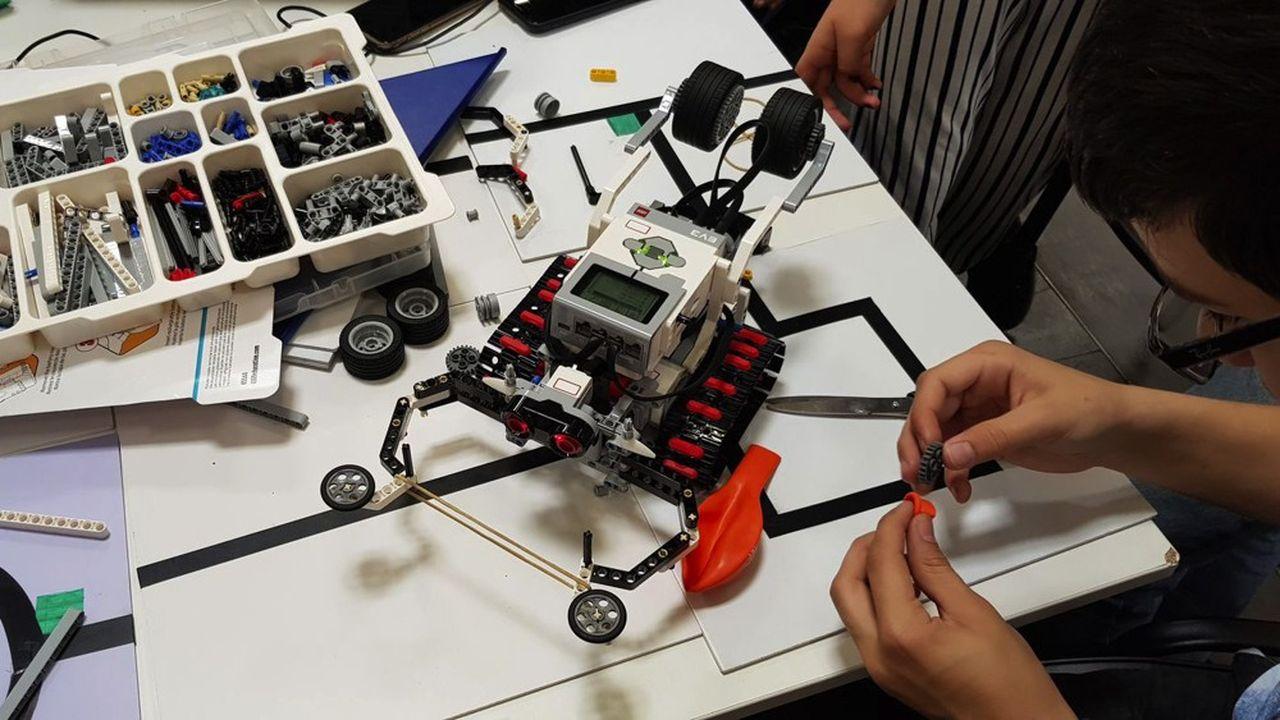 Chacune des cinquante équipes participantes a construit et programmé son robot.