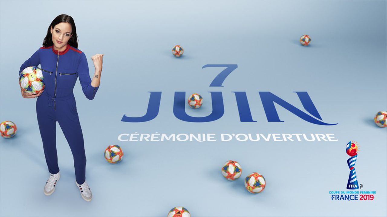 La chanteuse Jain, ambassadrice des chaussures Americana d'Adidas à l'occasion de la Coupe du monde de footbal féminin.