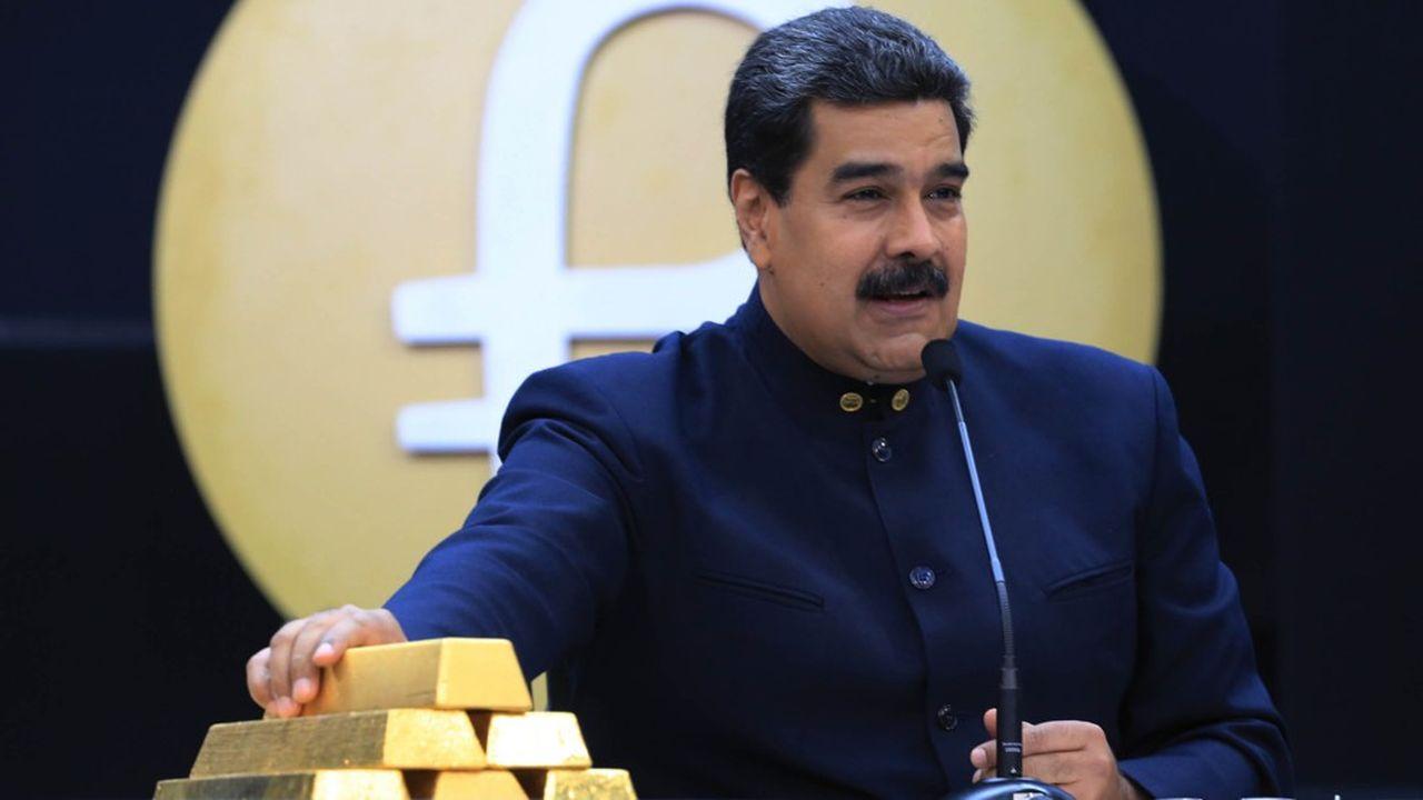 Le président vénézuélien Nicolás Maduro touchant des barres d'or lors d'un discours à Caracas en mars2018.